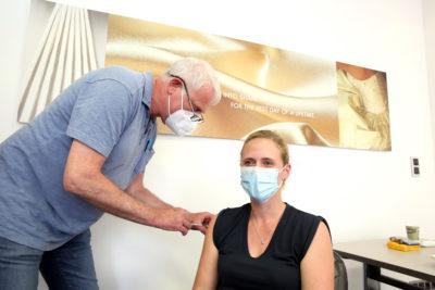 Dr. Holger Thelen vaccinates Catrin Scheufen (Photo: Detlef Ilgner)